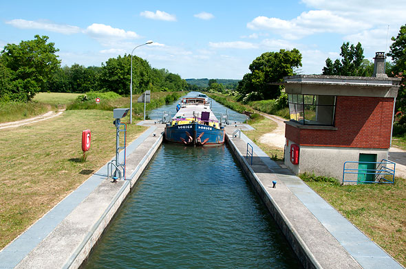 l'écluse, étape obligée sur un canal, est souvent automatisée aujourd'hui.