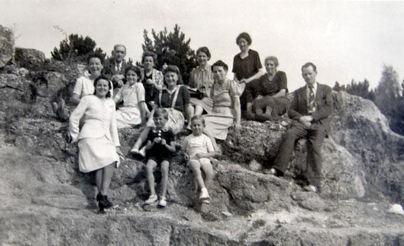 une des familles vaillysiennes sur les rochers de l'Abondin en 1944.